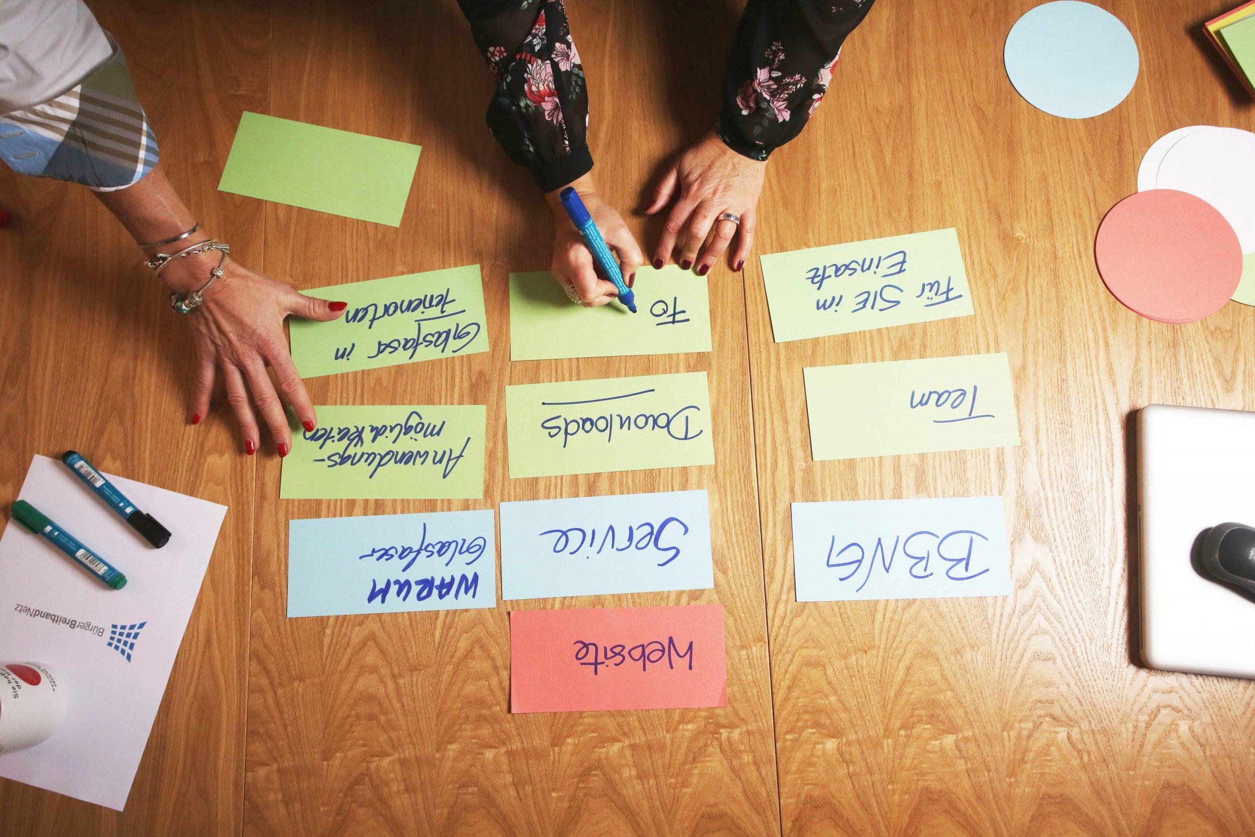 Blick auf Konferenztisch während gemeinsamer Entwicklungsarbeit