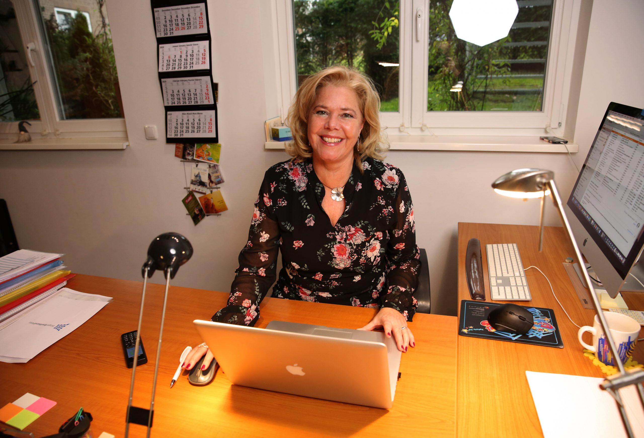 Angelika Poggensee am Schreibtisch