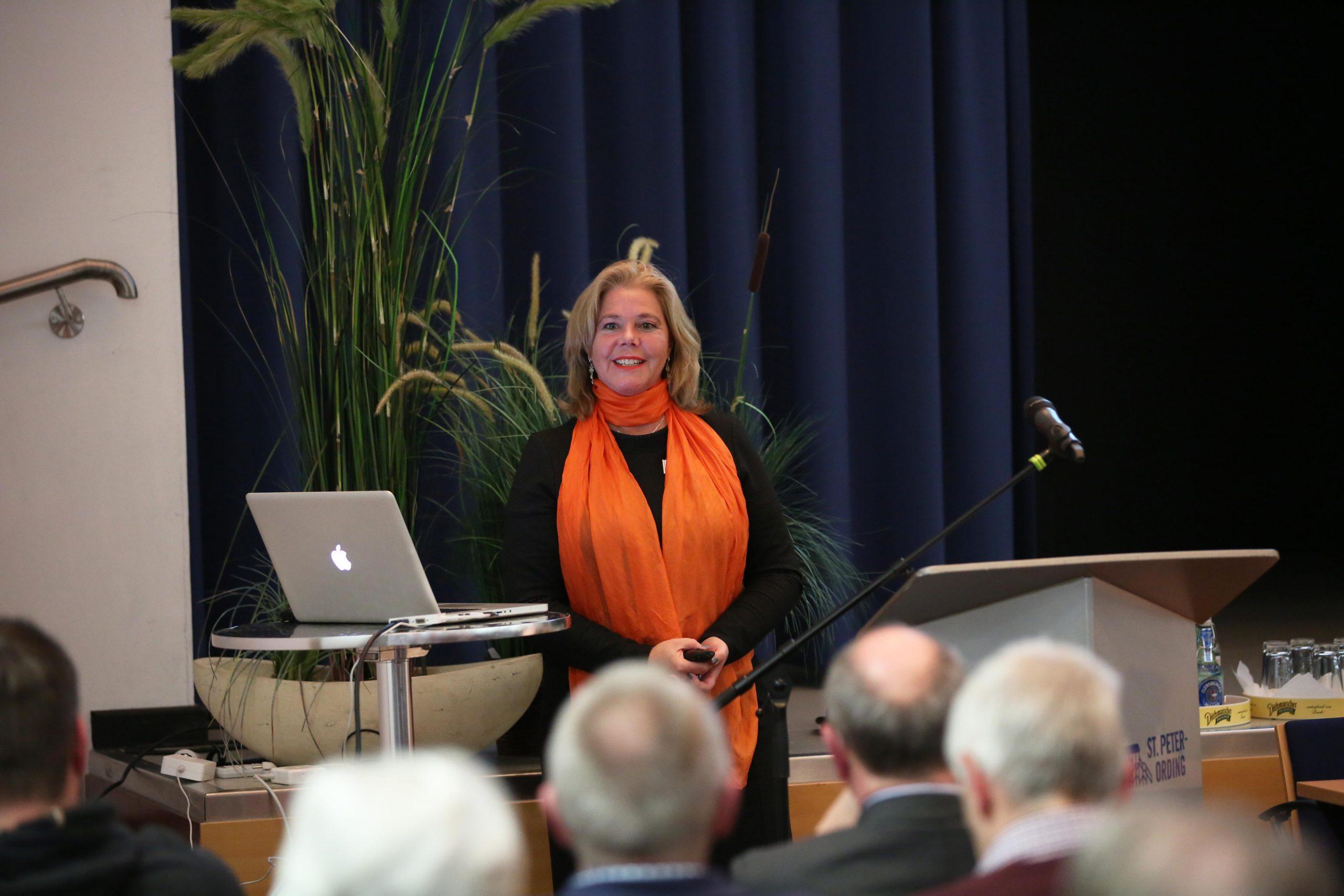 Angelika Poggensee als Vortragsrednerin vor Publikum